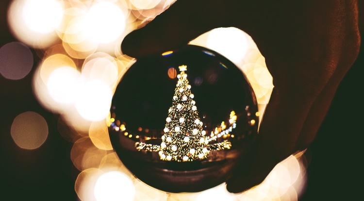 水晶とクリスマスツリー