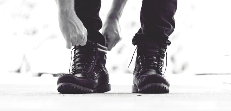 靴を履く姿