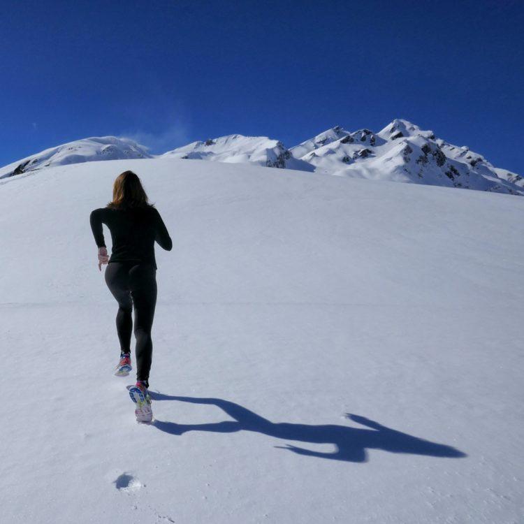 雪道を走る女性