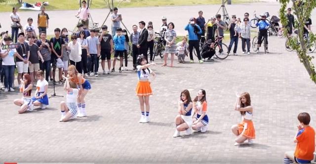 TWICEメンバーが突然、公園に現れCHEER UP【動画】