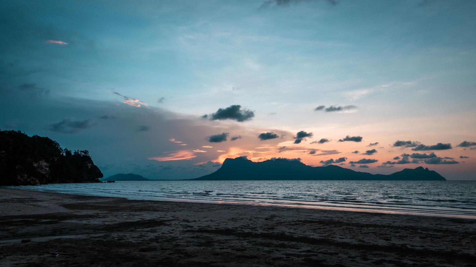 Zachód słońca na plaży, Bako National Park, Borneo, Malezja
