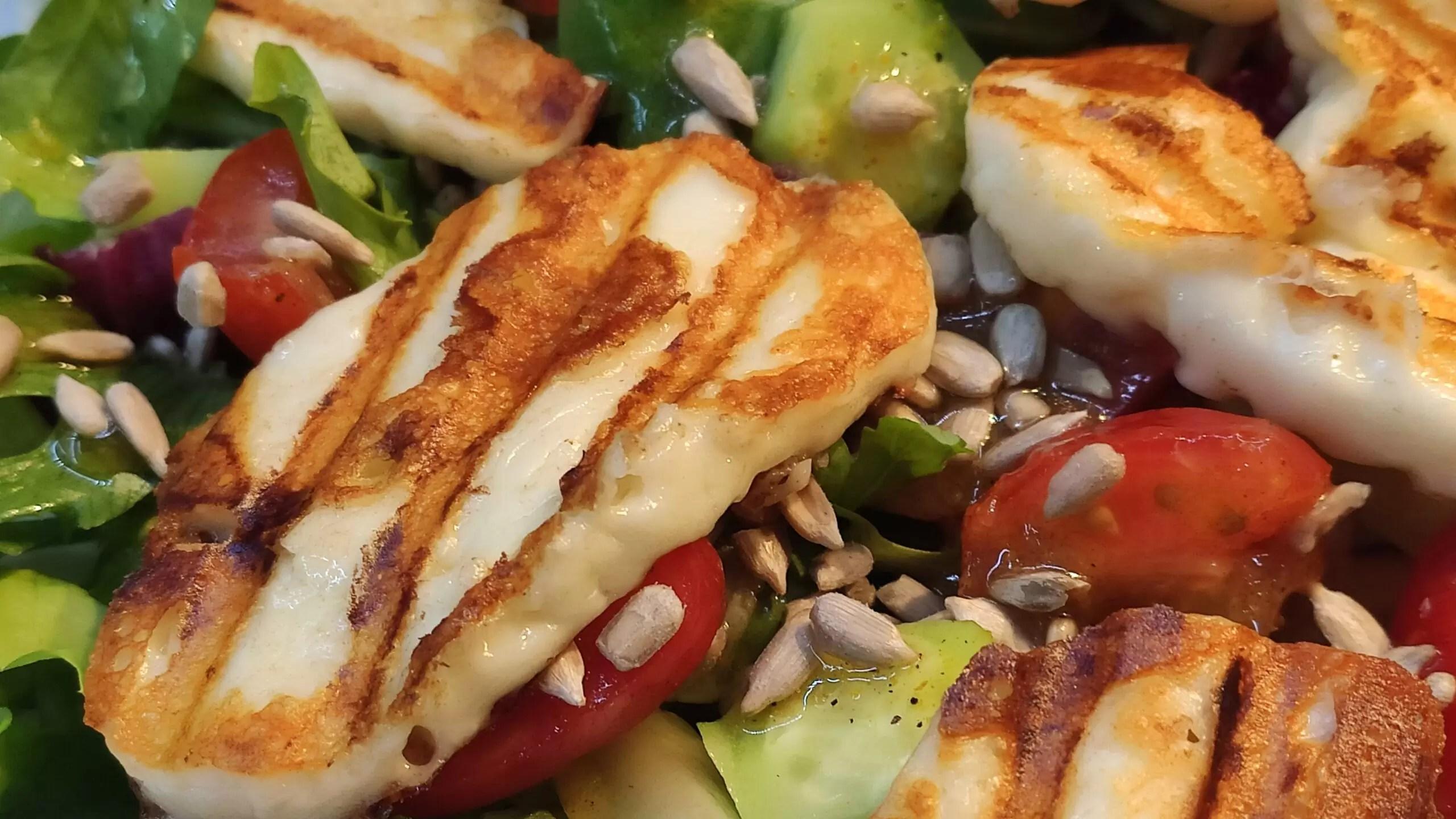 Sałatka z serem halloumi i sosem musztardowo-miodowym