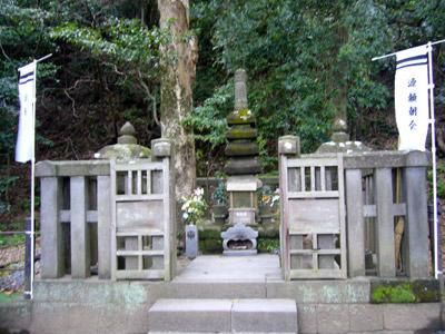 Grave of Minamoto Yoritomo in Kamakura
