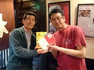 ワクワク系マーケティングの本をたこ梅 北店の大西さんにプレゼント