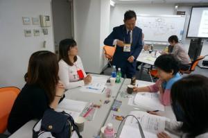佐藤先生もテーブルを回ってサポートされています