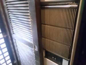西側入口近くの古い空調機器