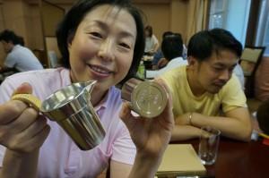 中村さんに「五龍館 中村ゆかり」名入りの錫の酒器をプレゼント!