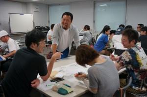 スタッフさんの話を聴きながらアドバイスする松野先生
