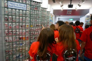 缶ビールコレクションに隊員さんたち楽しそうです!