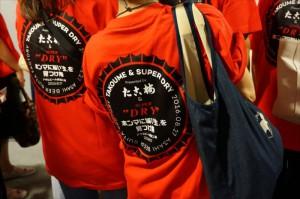 全員おそろいの「ホンマに旨い『生』を見つけ隊」Tシャツ