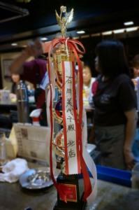 クイズ大会優勝トロフィーは、次回まで、たこ梅 北店に飾られます