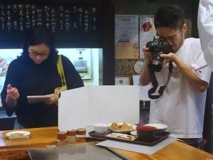 お昼の関東煮の定食を撮影中
