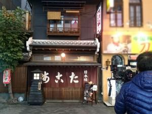 日が暮れた頃、お店の外観を撮影されているニュースリアルのスタッフさん