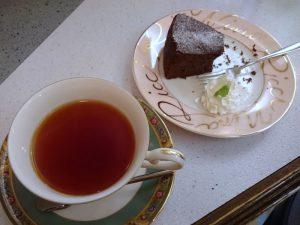 観光地の喫茶店で紅茶とケーキをいただきました