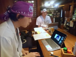 NVCの基礎オンラインセミナー受講中の和田店長と安藤さん