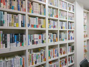「たこ梅文庫」の書架です