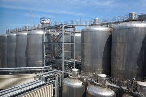 高さ約20メートルものビール発酵熟成タンク