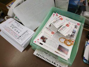 ニューズレター「たこ梅FUN倶楽部通信」を封筒に詰めていきます