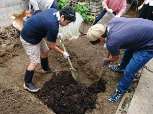 安藤さん、率先して「天地返し」という循環農法のための畑作り作業