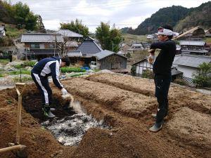 腐葉土の上に米ぬかを蒔きます