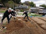春の奈良山添村で自然農を始めます!第2回の天地返しです(中編)