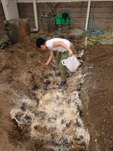 腐葉土、米ぬか、油かす、籾殻くん炭を底の部分に敷き詰めます