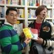 ワクワク系マーケティング実践講座2019に参加する和田店長に本をプレゼント