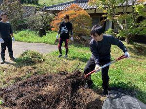 雑草堆肥を切り返します