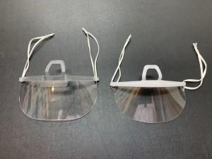 新しい透明マスク(左)はカバーエリアが広い