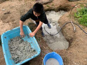 粘土をこねて穴に厚めに塗っていきます