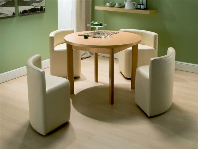 обеденный стол с задвигающимися стульями