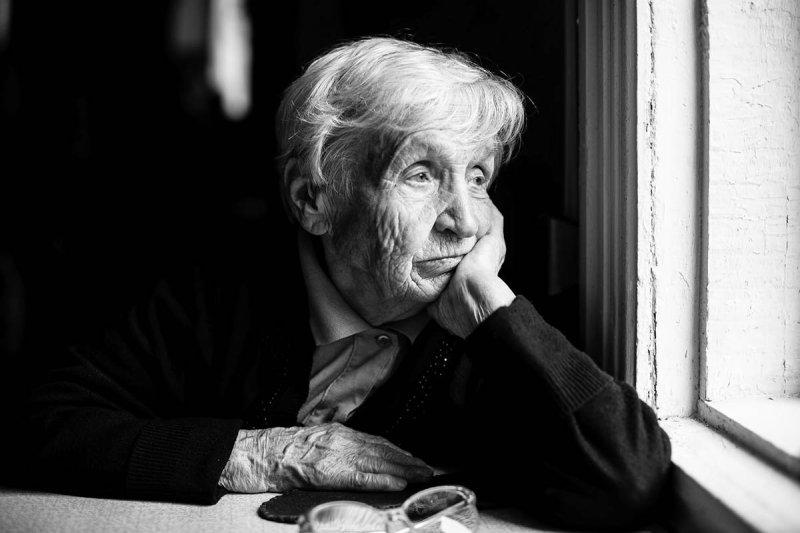 грустная старушка