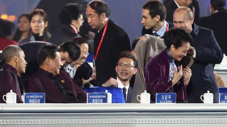 President Poetin legt een deken over de schouders van Peng Liyuan (foto: Feng Li, Getty)