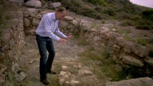 ان پتھروں پر قربانی کی چبوترہ تھا جس پر ایک جوان لڑکے کا ڈھانچہ پڑا تھا