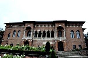 Fațada palatului dinspre lac - Pe terasă, la lac - Mogoșoaia