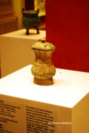 Zhi de bronz. Vas antic pentru vin, decorat cu ochi de animal. Principalele decoratii sunt ochi de tigru si trasnete pe picior. Perioada tarzie a dinastiei Shang. Sec XIII-1046 i.Ch.