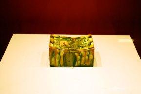 Perna din ceramica tricolora. Dinastia Tang (618-907), decorata cu chipuri de animale. Ceramica tricolora este cunoscuta prin tehnica de aplicare a smaltului de diferite culori.