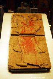 """Barbat care canta la harpa. Perioada celor \""""Cinci dinastii si zece regate\"""", 907-960. Este unul din cei 28 de muzicieni cantand, parte a unui basorelief pictat ce decora un mormant din dinastia Tang."""