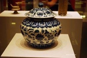 Vas din portelan alb-albastrui smaltuit, cu motive de lotus. Dinastia Ming 1426-1435