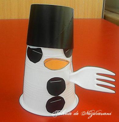 Om de zăpadă din pahar de plastic