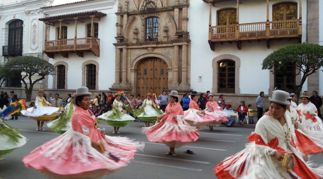 Backpacking Bolivia - Cholitas in Sucre Bolivia