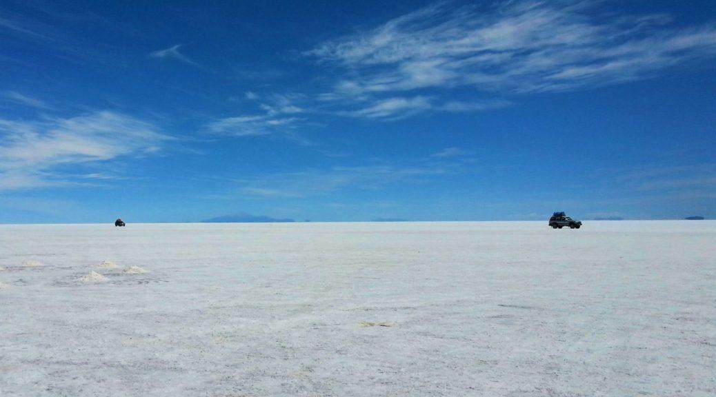 Uyuni Salt Flats: El Salar de Uyuni Tour in Bolivia - 4x4s crossing the Salar