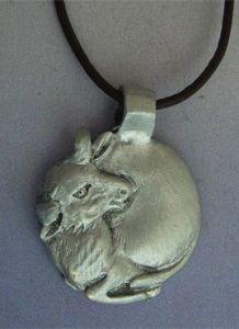 toro y luna amuleto de plata