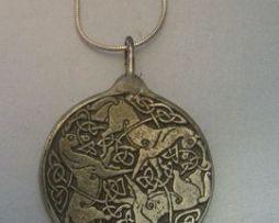colgante diosa Epona celta colgante de plata con los tres caballos