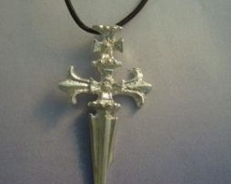 colgante cruz de Santiago de plata con cordón de piel