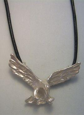 águila alas extendidas colgante de plata