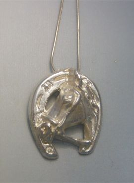 colgante herradura y caballo de plata de ley con cadena de plata