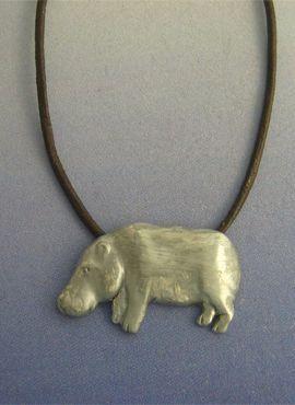 colgante hipopótamo amuleto de plata con cordón piel