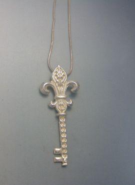 colgante llave flor de lis de plata de ley