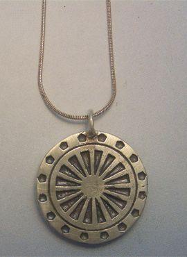 colgante rueda del karma amuleto budista de plata